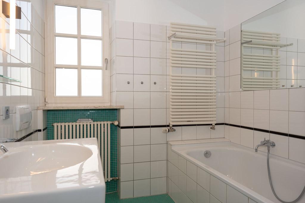 Denkmalgeschützte Stadtwohnung mit hochwertiger Ausstattung Bad Bild 2