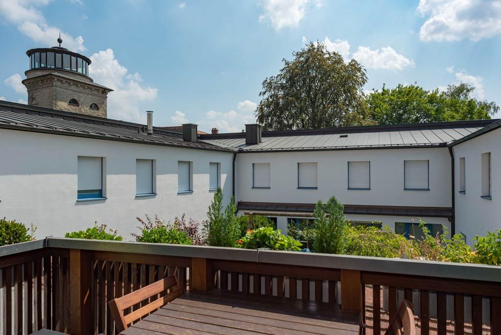 Denkmalgeschützte Stadtwohnung mit hochwertiger Ausstattung Balkon Bild 1