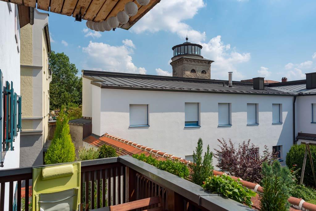 Denkmalgeschützte Stadtwohnung mit hochwertiger Ausstattung Balkon Bild 2